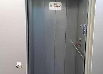 Elevador eletromecânico de passageiros