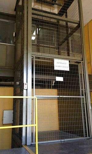 Manutenção de elevador de carga industrial