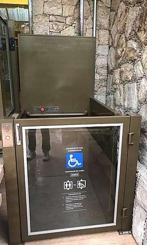 Montagem de plataforma para cadeirante